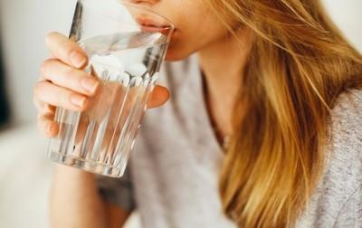 Диетолог: чем можно заменить воду для здоровья организма