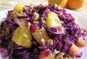 Салат с красной капустой, апельсином и орехами