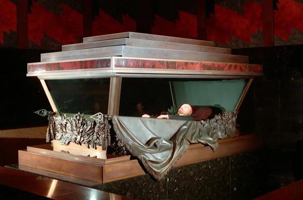 Почему тело Ленина никак не вынесут из мавзолея? Вынос Ленина из мавзолея