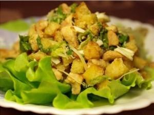 Зелёный салат с оливками и гренками