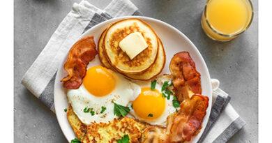Гастрономический тур, не выходя из кухни: готовим американские панкейки, исландскую кашу, израильскую шакшуку и другие завтраки